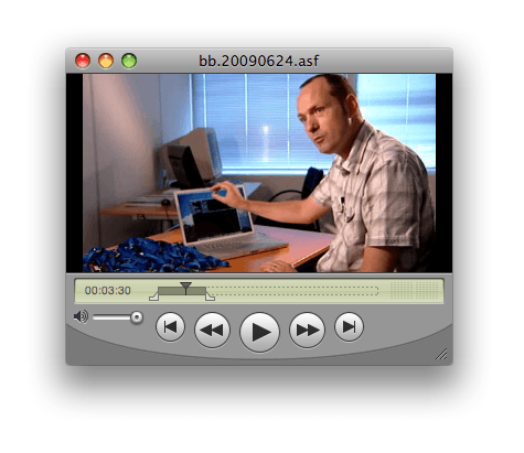 Man met laptop en USB-stickstijdens Nova item in Quicktime player