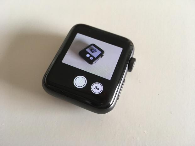 Je telefoon ergens stevig neerzetten, en tegen Siri op je horloge roepen: maak een foto! In dit geval was een droste-effect nog nooit zo makkelijk te maken...
