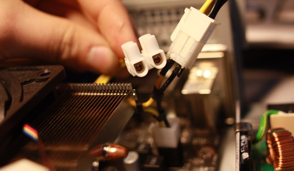 De aftakking voor de multimeter bij de CPU 12V-aansluiting (P4/ATX12V-aansluiting)