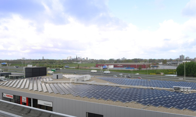 Zonnepanelen op dak bij Toyota-dealer