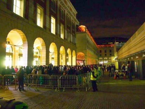 Rij bij Apple Store Covent Garden Londen voor lancering iPhone 4S