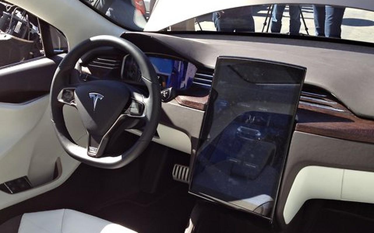 Tesla presenteert prototype van elektrische auto model x for Auto interieur bekleden prijs
