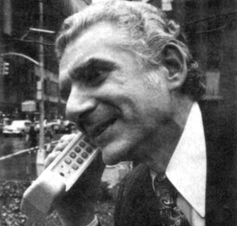 Foto van eerste telefoontje met mobiele telefoon, Martin Cooper met Motorola Dyna-tac in april 1973 (foto: Businessweek)