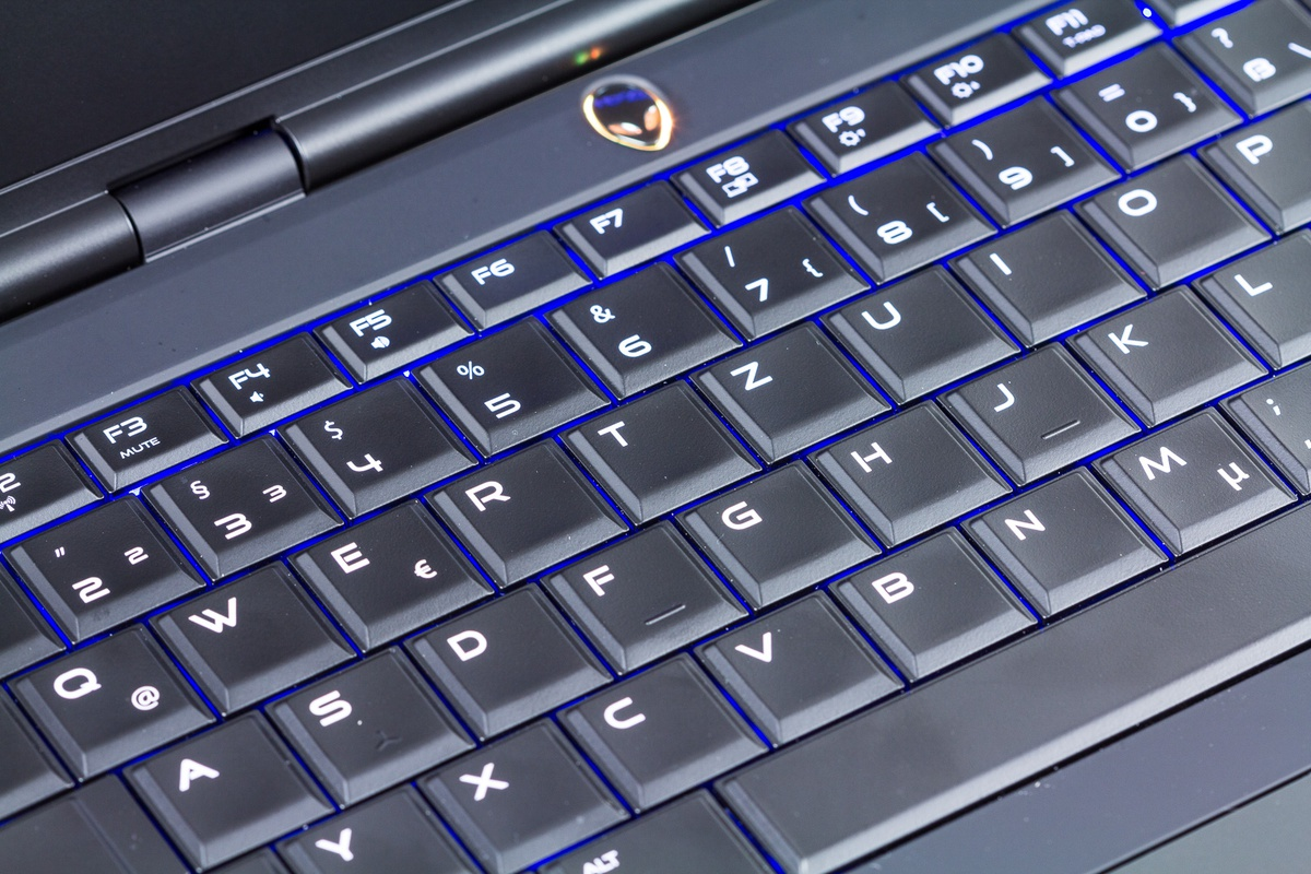 Alienware 13 Review - Uiterlijk, toetsenbord en aansluitingen - Tweakers