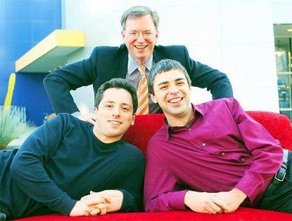 Eric Schmidt (achter), Larry Page en Sergey Brin