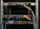 De twee PDU's blokkeren het werken aan de achterkant