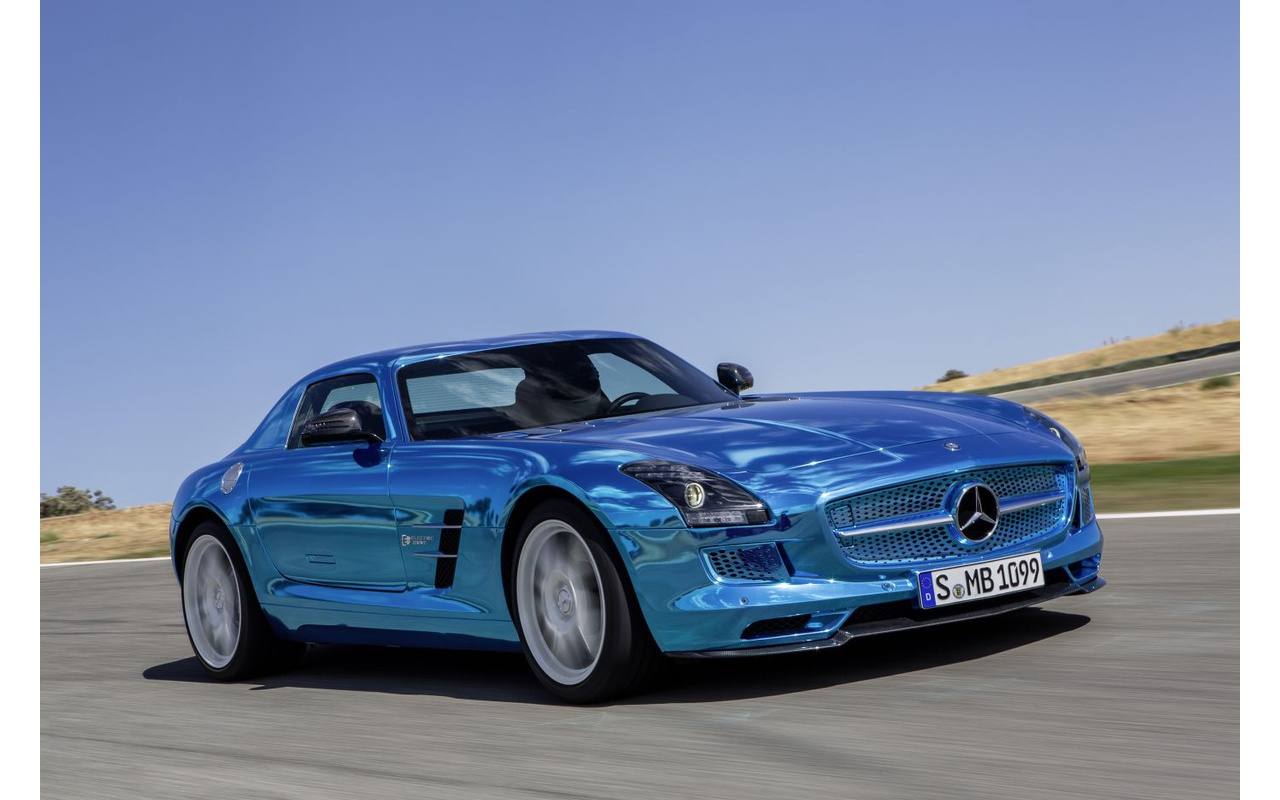 Mercedes rust sls amg electric drive uit met vier for Mercedes benz electric cars