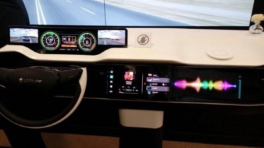 LG Display Mercedes dashboard