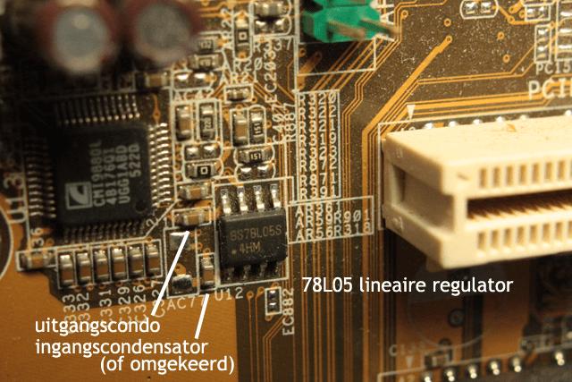 Een lineaire converter - een 78L05 in dit geval.