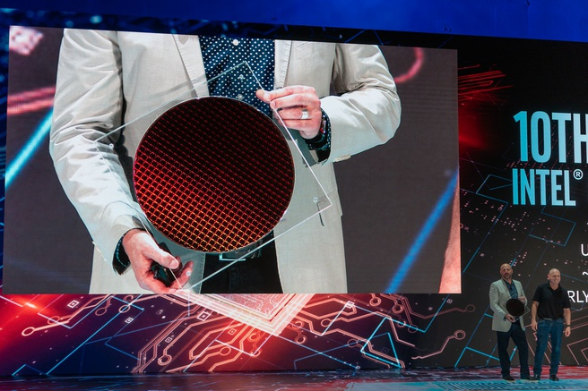 Intel-topman Gregory Bryant toont wafer met Ice Lake-chips tijdens Computex 2019
