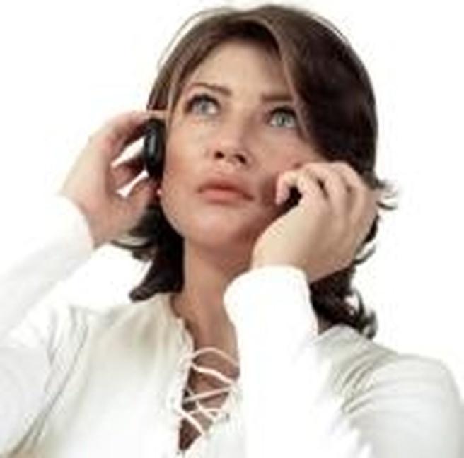 Vrouw met twee mobieltjes