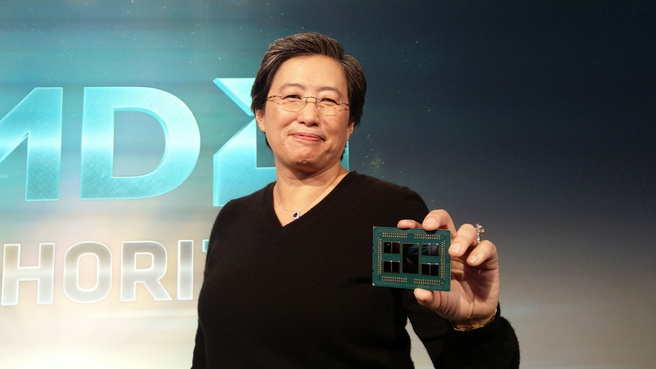 AMD-ceo Lisa Su toont Epyc 2-processor