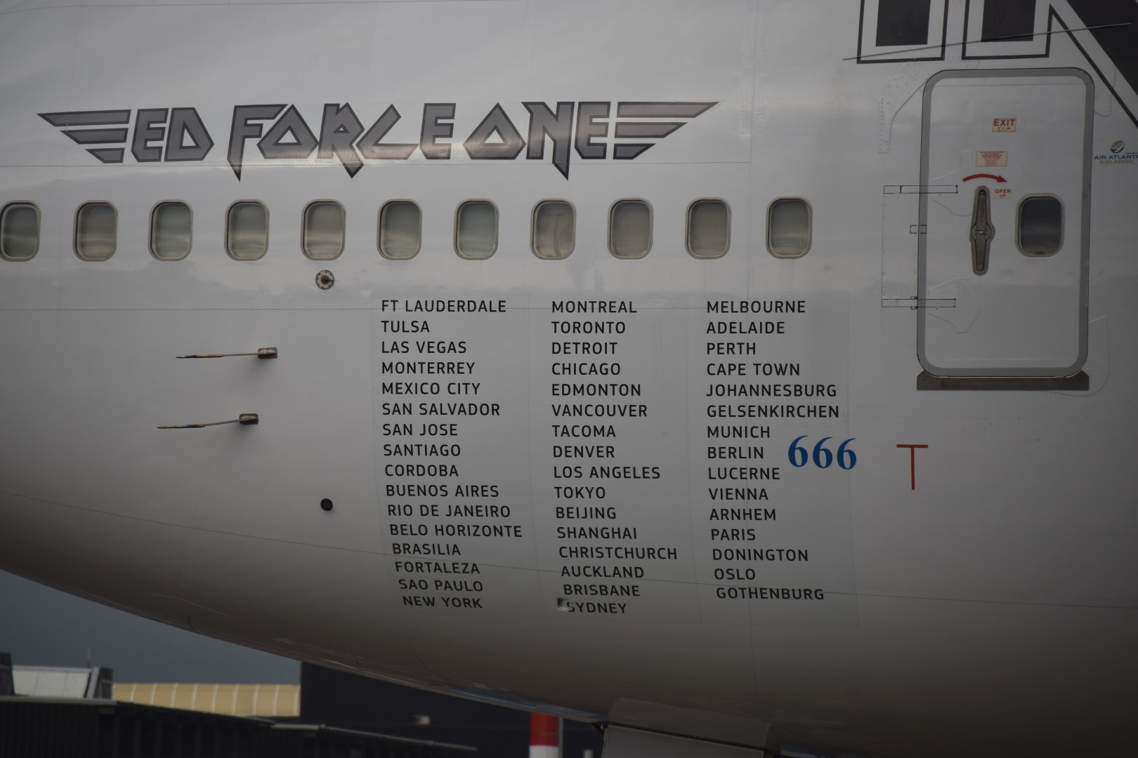 Iron Maiden - Ed Force One - Schiphol, Amsterdam (05)