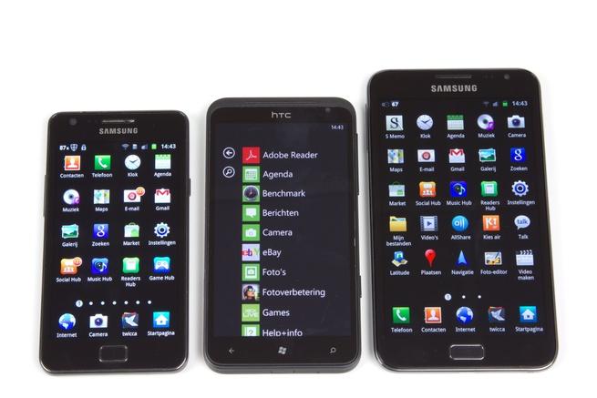 Galaxy Note (rechts), naast de HTC Titan en Samsung Galaxy S II