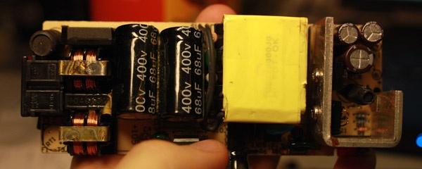 Een goedkope adapter van binnen bekeken.