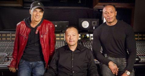 Peter Chou (midden) en Dr. Dre (rechts)