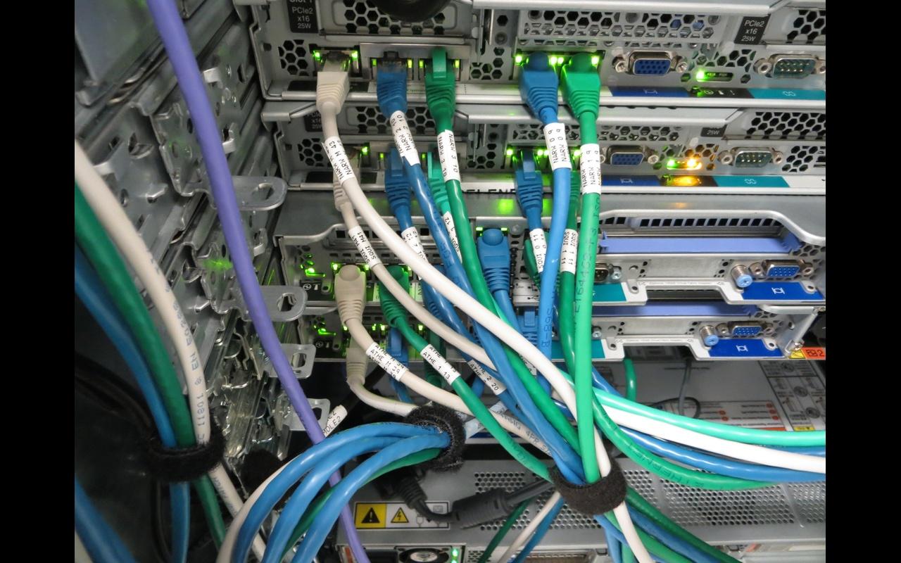 Servers met 5 ethernet kabels aangesloten