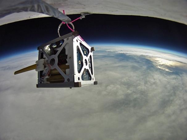 PhoneSat satelliet aan een ruimteballon