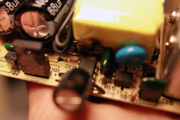 Op dit plaatje is de controller - dat 8-pins DIP component onder de brandvlek - al vervangen. De originele controller was onherkenbaar gemangeld.