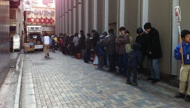 Rij voor winkel in Tokyo bij lancering Nintendo 3DS